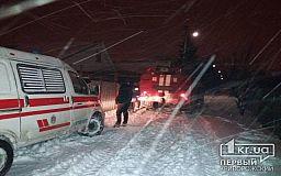 В Кривом Роге спасатели достали авто скорой из снежного плена