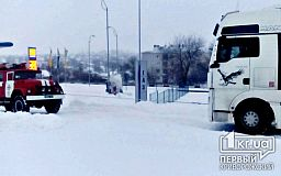Под Кривым Рогом спасатели помогли мужчине вытащить грузовик из снежного сугроба