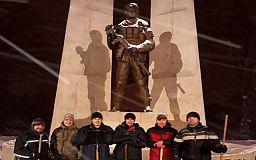 Криворіжці самотужки прибрали сніг біля пам'ятника Героям АТО