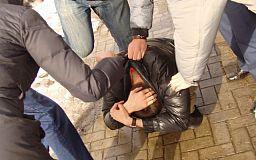 Трое криворожан избили мужчину за просьбу прекратить ругаться матом
