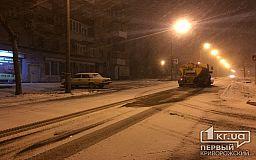 Двойная борьба: чиновники следят за уборкой снега, и просят автолюбителей убрать машины с обочин