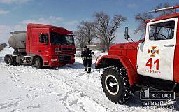 На трассе Кривой Рог-Днепр спасатели вытащили грузовик из снежного заноса