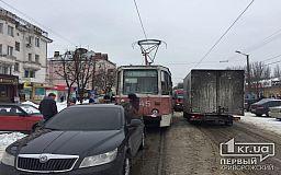 В Кривом Роге трамвай «догнал» легковушку на тесной дороге
