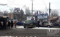 Движение затруднено: в Кривом Роге на кольце 95 квартала от удара с троллейбусом развернуло пикап