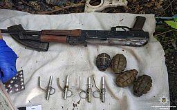В гараже криворожанина полицейские обнаружили оружейный арсенал и наркотики