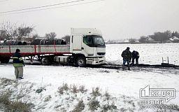 Пожарные спасли водителя грузовика, который попал в снежный плен недалеко от Кривого Рога