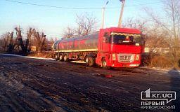 В селе недалеко от Кривого Рога спасатели достали два грузовика из кювета