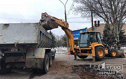 Криворожские коммунальщики полдня выполняют ремонтные работы посреди проезжей части