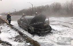 В Кривом Роге загорелось авто с людьми