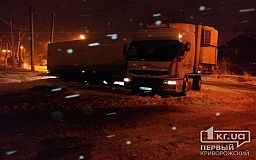 Ночью в Кривом Роге из-за снегопада на дороге занесло фуру