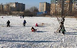 Перед зимними каникулами первоклассников Центрально-Городского района Кривого Рога порадовали новыми партами