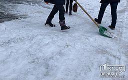 Десятки единиц спецтехники и сотни человек в Кривом Роге задействовали для борьбы со снегопадом