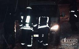 Криворожские пожарные вытащили карету скорой помощи из снежного заноса