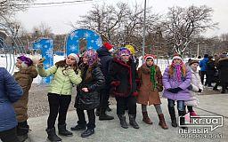 Караоке под елкой: криворожских школьников привели на районный праздник к елочному городку