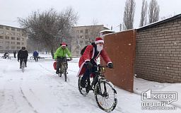 Несмотря на метель, криворожские Деды Морозы привезли праздник в детский реабилитационный центр