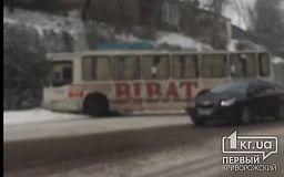 В Кривом Роге троллейбус съехал на обочину