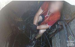 Криворожский воришка прятался от патрульных в люке