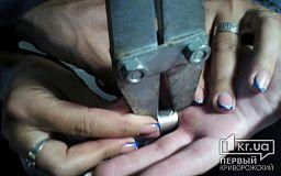 Снять кольцо с пальца девушке помогала бригада спасателей