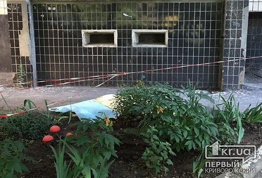 В Кривом Роге ребенок выпал из окна многоэтажки и разбился насмерть