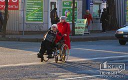 В Кривом Роге девушку с инвалидностью, оставившую следы от коляски в коридоре горисполкома, заставили убирать за собой