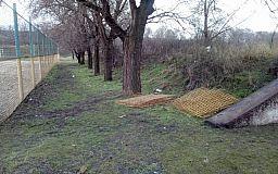 В Кривом Роге неизвестные начали разворовывать ограждение спортивной площадки