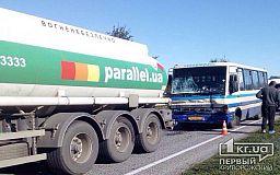 Пострадали 8 человек: бензовоз и пассажирский автобус столкнулись на трассе в Днепровском районе
