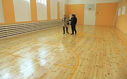 Нардеп Усов перевірив ремонт спортзали школи № 10 у Кривому Розі: все добре