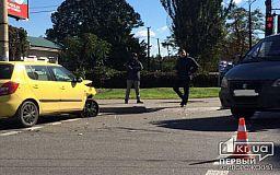 ВАЗ 2110 в Кривом Роге не уступил дорогу Skoda, пострадала женщина