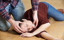 Переверните набок и не разжимайте зубы: как спасти человека, у которого приступ эпилепсии