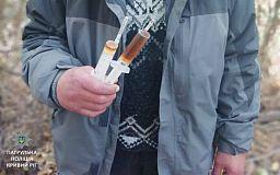 В Кривом Роге мужчина с «ширкой» прятался от полицейских в кустах