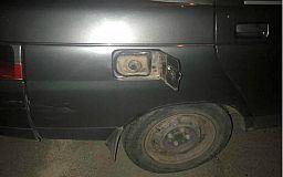 Ночью в Кривом Роге неизвестные мужчины сливали бензин из припаркованных автомобилей