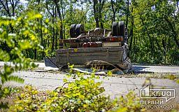 В Кривом Роге на дороге перевернулся грузовой автомобиль