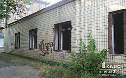 Стоит без окон, без дверей: из-за заброшенного здания маленькие криворожане боятся гулять во дворе