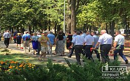 Под «Смерть ворогам» криворожские чиновники отправились возлагать цветы к памятнику воинам АТО