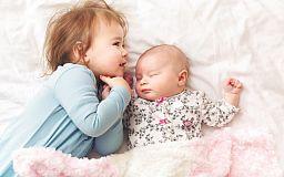 В Кривом Роге мать бросила младенца и малолетнего ребенка на женщину, лишенную родительских прав