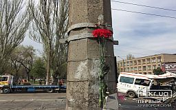 На место гибели людей в аварии криворожане несут цветы