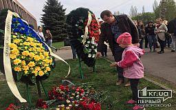 Сотни человек пришли к месту гибели криворожан в результате ДТП