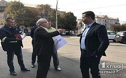 Мэр Кривого Рога лично руководит установкой памятника Владимиру Великому на площади Поля