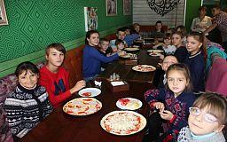 В Кривом Роге для детей-сирот провели мастер-класс по приготовлению пиццы