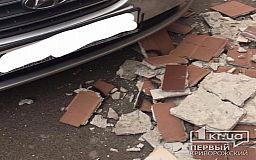 Спасибо, что не на голову! - на авто криворожанки упала плитка с дома