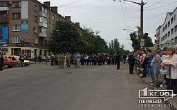 Тысячи криворожан празднуют День Победы на центральном проспекте города