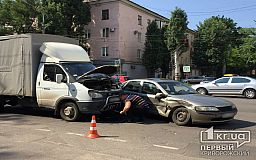 В Кривом Роге на перекрестке легковушка протаранила ГАЗель