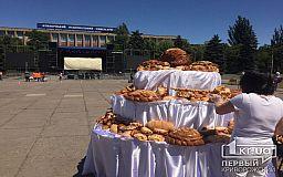 Биотуалеты, булочки, книги, сцена - последние приготовления к празднованию Дня рождения Кривого Рога