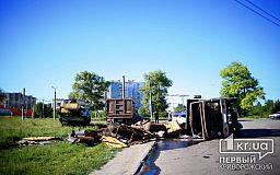 В Кривом Роге перевернулся грузовик с металлоломом, водитель в больнице