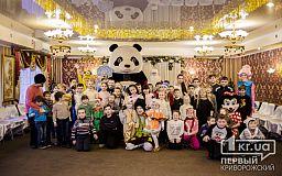Огромный медведь, конкурсы и сладости - криворожские предприниматели поздравили детей с праздниками