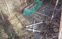Под Кривым Рогом мужчина спиливал кресты на кладбище