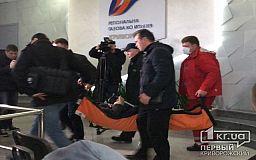 Медики оказывают помощь пенсионерке, митингующей под зданием «Криворожгаз»