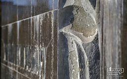 Памятный знак жертвам Голодомора в Кривом Роге в плачевном состоянии, но его обещают отремонтировать