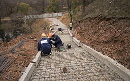 Команда Усова: на узвозі з МОДРу у Кривому Розі почали будувати сходи
