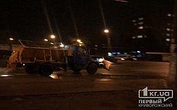 Первые дни непогоды в Кривом Роге, а коммунальщики уже посыпали автодороги и тротуары спецсмесью